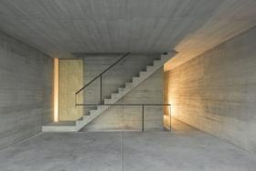 Прямая бетонная лестница на крыше