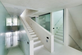 Белая монолитная лестница прямая