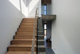 Интересно использование бетонной лестницы и дерева