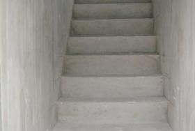 Монолитная лестница на чердак прямая
