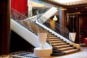 Классическая поворотная бетонная лестница