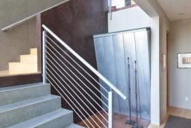 Монолитная лестница на второй этаж в загородном коттедже