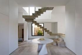 Порящая в воздухе бетонная лестница